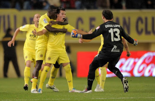 Hernán Pérez celebrates with Villarreal team-mates after scoring the winner against Málaga