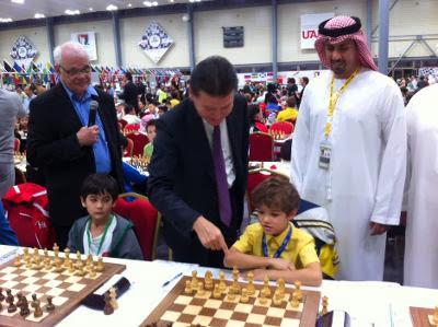 Le Président de la Fide, Kirsan Ilyumzhinov, en présence du Sheikh Sultan Bin Khalifa Al-Nehyan, Président de la Fédération asiatique des échecs, a donné le coup d'envoi - Photo © Fide