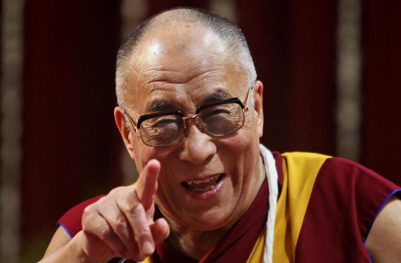 Denk daran, dass Schweigen manchmal die beste Antwort ist - Dalai Lama