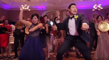 VIDEO: Pasangan Pengantin Ajak Tetamu Menari Spontan Untuk Video Perkahwinan Mereka