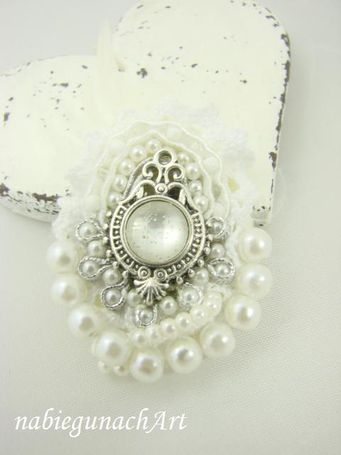 Biało srebrna sutaszowa broszka