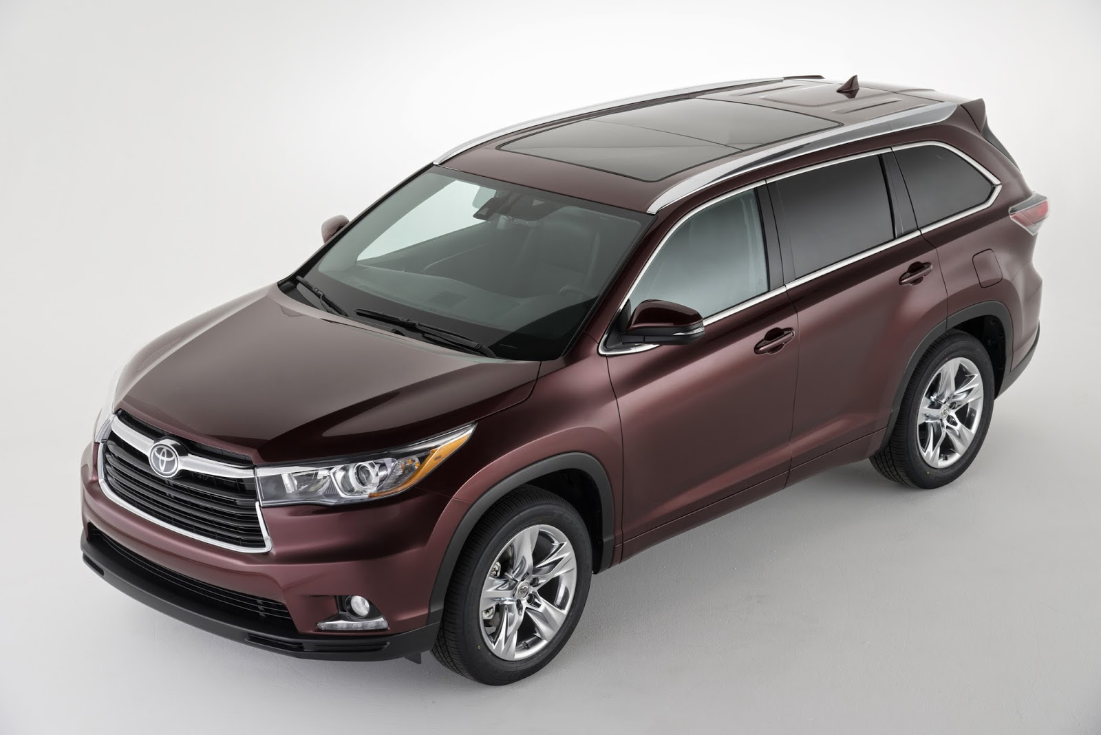 Front 3/4 view of the 2014 Toyota Highlander