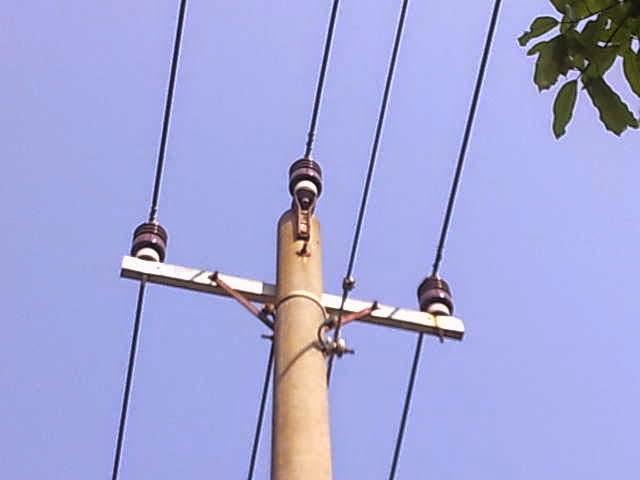 jaringan kabel pln di tempat yang jauh dari pemukiman warga