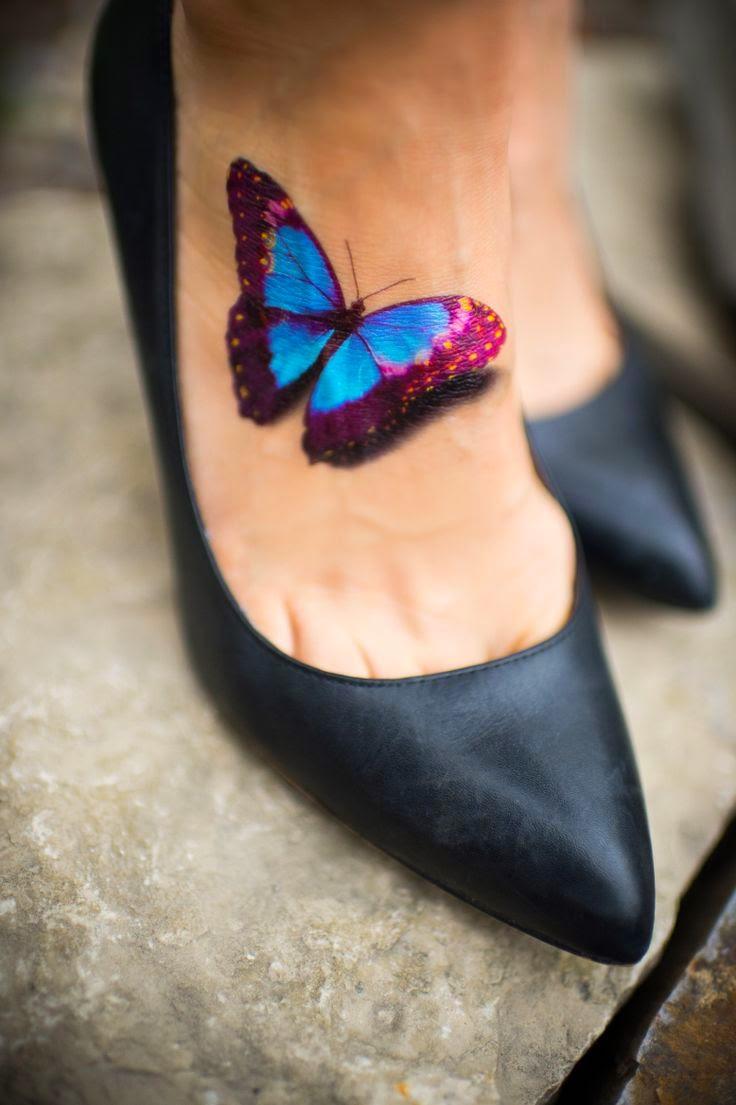 tatuaje de mariposa en el empeine de una chica que lleva malonetinas