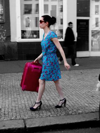 Dora Bouzová en Woman in a taxi crossing New York - Fotografía de Artodo