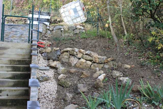 Le jardin de celwood cr ation d 39 un nouveau massif for Petit muret de jardin