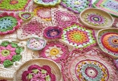 Nella valigia della buru granny patch mania tornano di moda le piastrelle all 39 uncinetto della - Piastrelle di lana all uncinetto ...