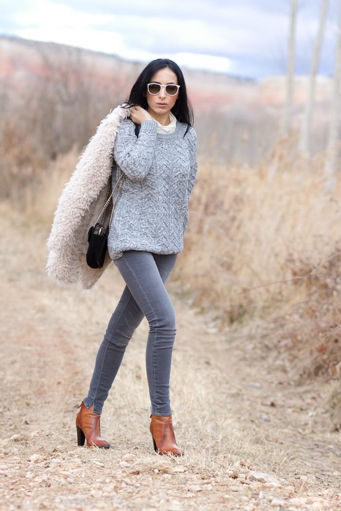 Streetstyle Look con abrigo de pelo y jeans Grises de Meltin' Pot de Bloguera de Moda Valenciana WOWS