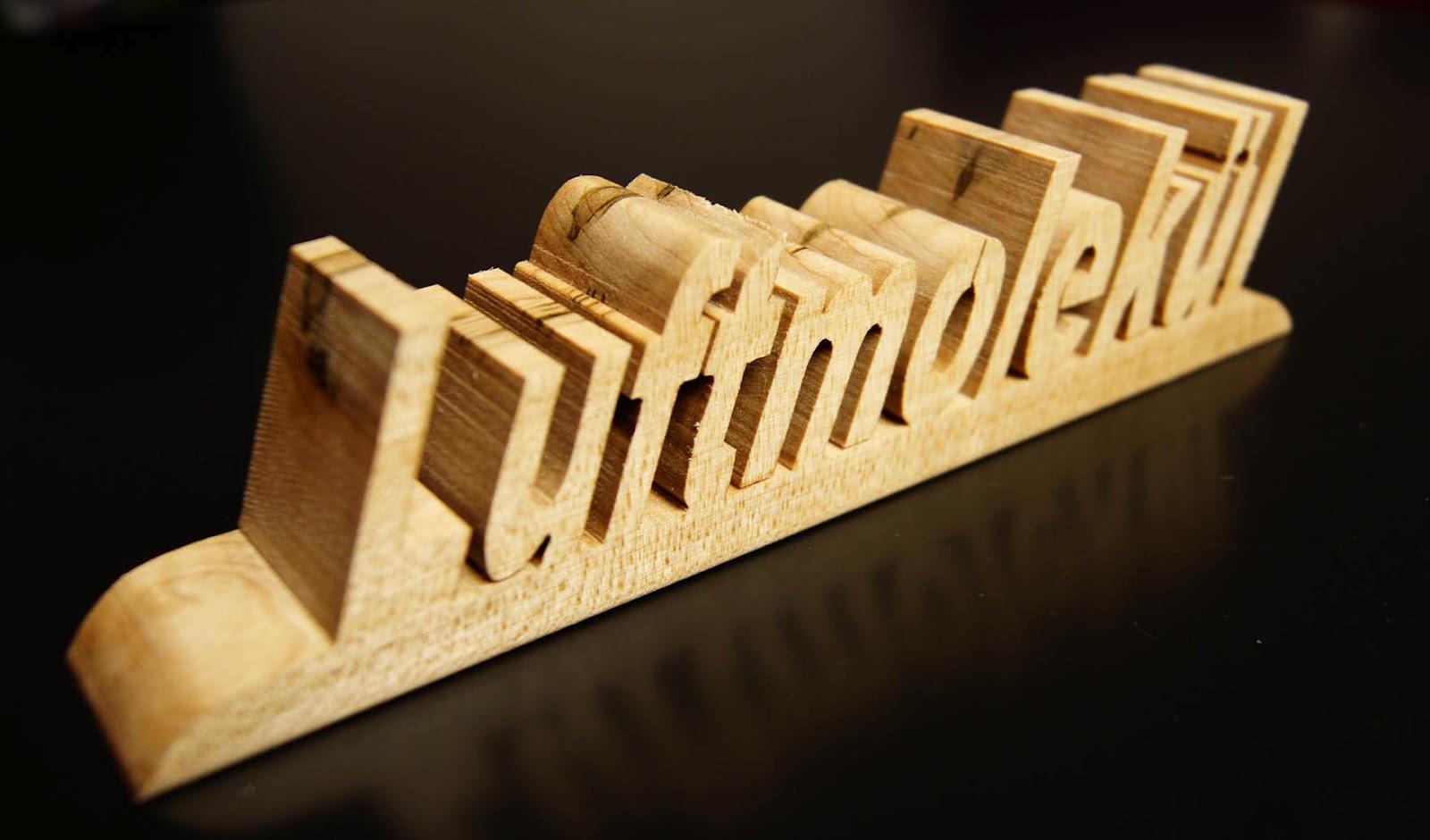 Schön Blickwert: Schon mal einen Namen in Holz schneiden lassen? JV79