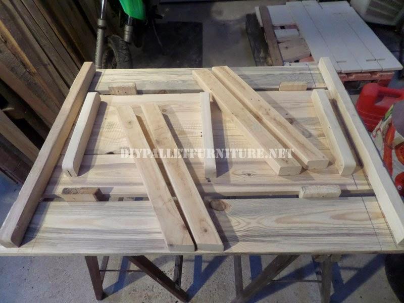 Mesa con bancos incorporados hecha - Trabajar con palets ...