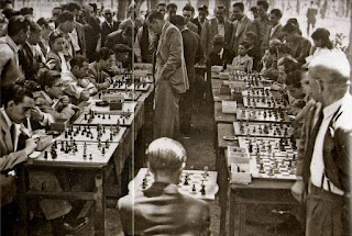 Ángel Ribera dando simultáneas de ajedrez en 1947