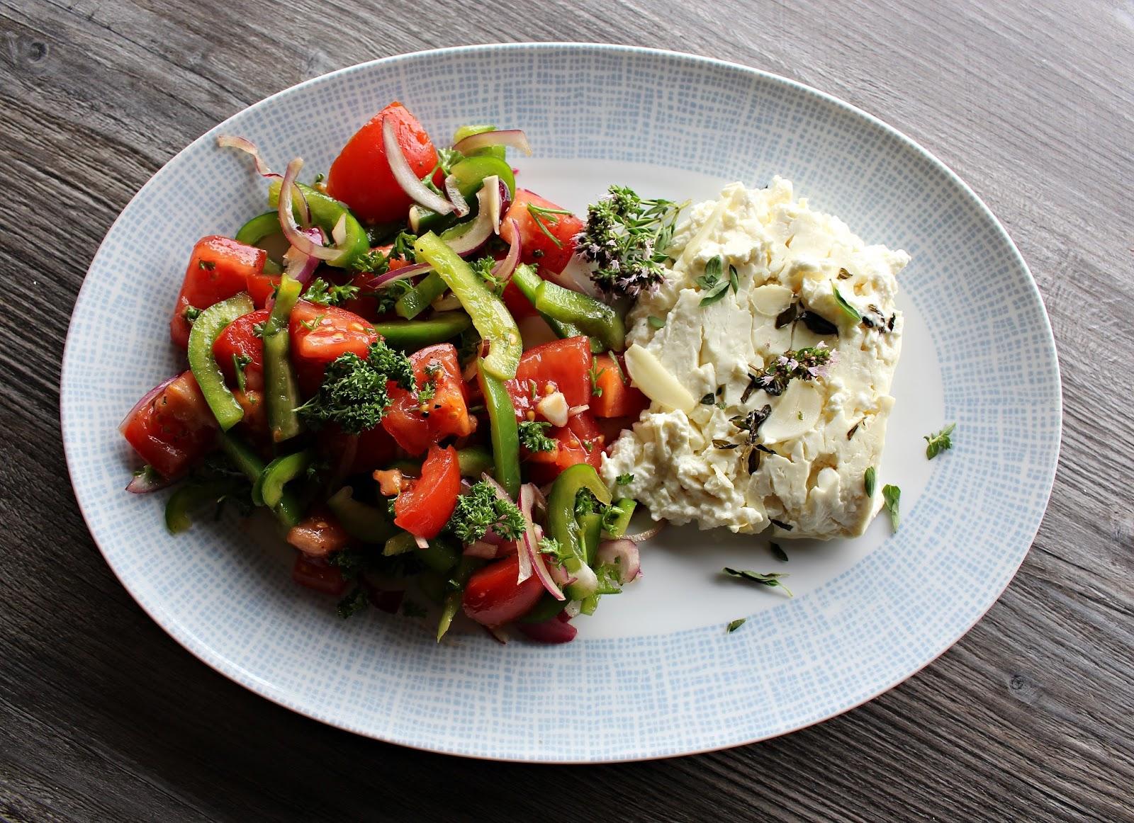svenja 39 s koch und backblog gebackener feta mit paprika tomaten salat. Black Bedroom Furniture Sets. Home Design Ideas