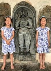 双子の娘たち(南インド・ベルール遺跡にて)