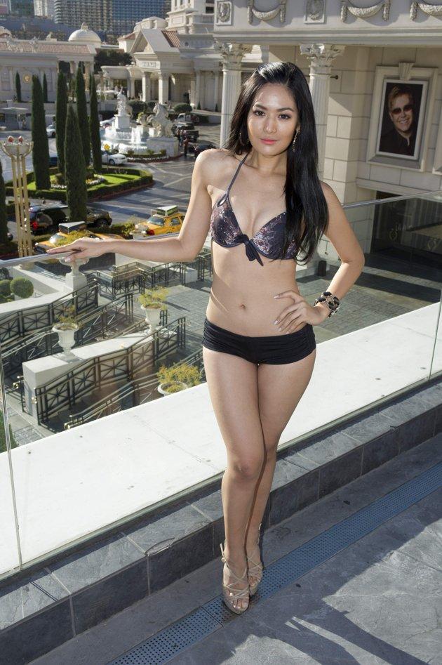 Nah di sini saya akan menampilkan foto maria selena memakai bikini :