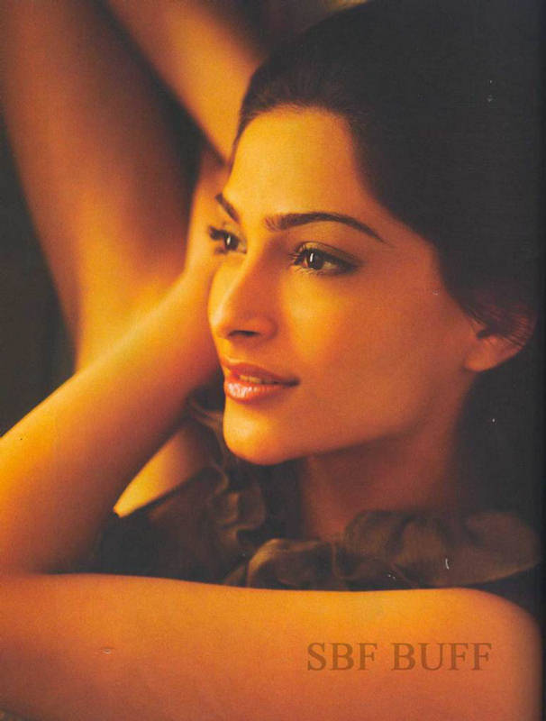 1 - Sonam Kapoor face close up pic