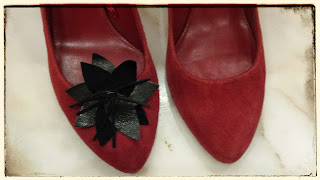szpilki Zara czerwone zamszowe z kwiatem