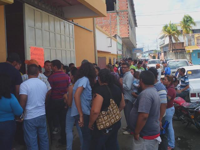 Colas en  mercal de San Fernando para comprar productos de línea blanca y llegan muy pocos a la región llanera