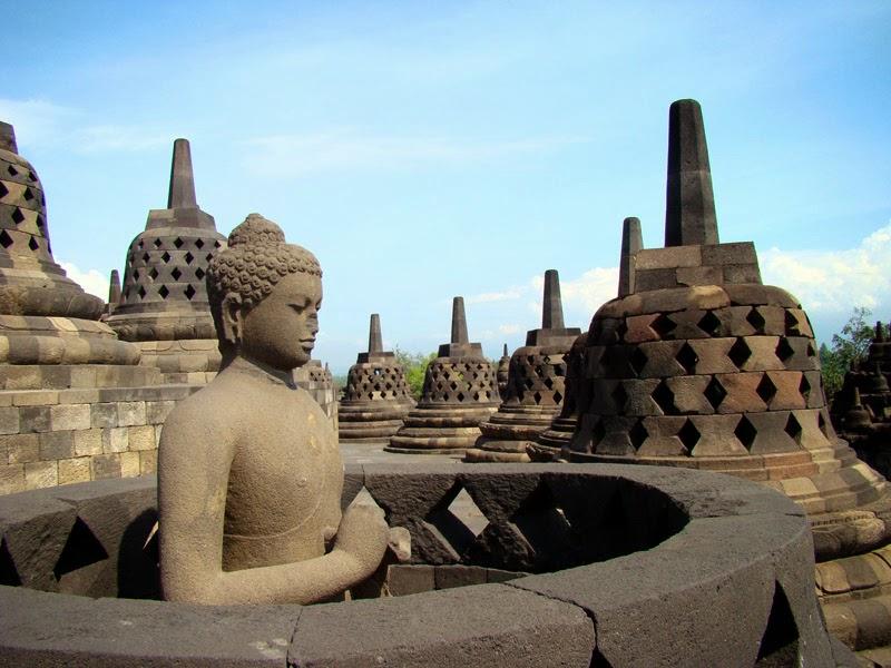 Le temple bouddhiste de Borobudur - Stupas et bodhisattvas
