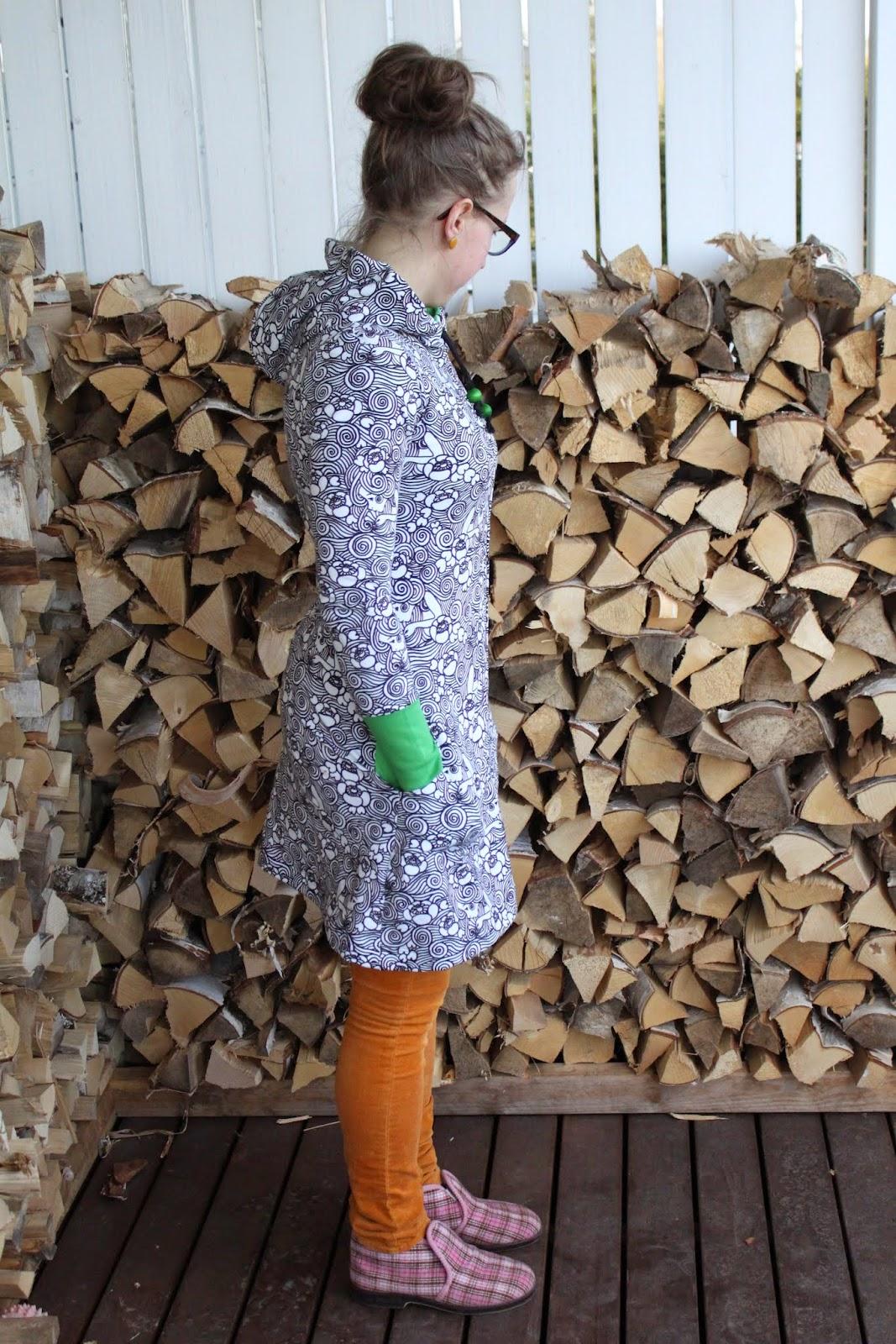 ... koska rakasta kaikkea ylimääräistä niin hupun nauhoihin sujautin  puuhelmet.Tämä ihana kuosi on Leena Rengon piirtämä ja kangasta myy Iloinen  Kettuliini. e39193853b