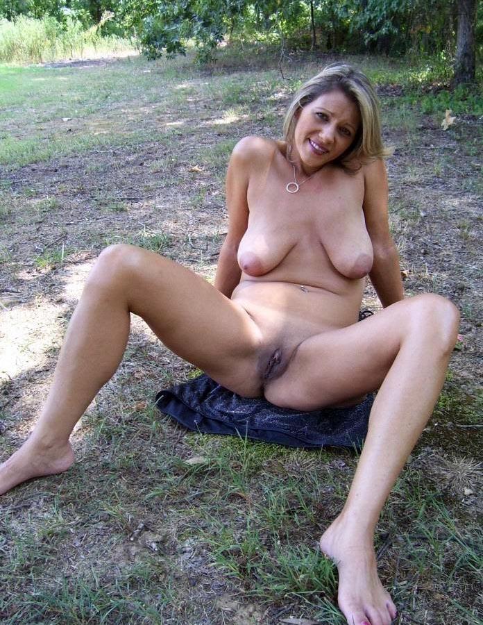 Nudistin mit schlaffen Brüsten