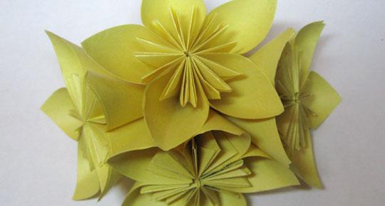 Різдвяна квітка пуансетія з паперу