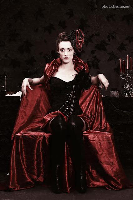 tocado de fiesta elegante negro y rojo con plumas negras
