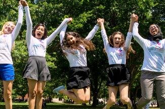 """Sintagma """"GIRL UP"""" e trendy: O campanie ONU le învață """"egalitatea de gen"""" pe fetele din România"""