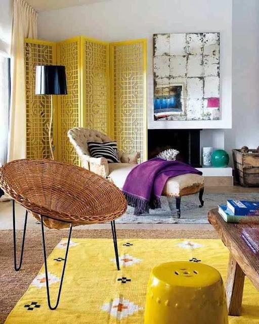 Barwna aranżacja z dominacją żółtego żółty parawan, żółty dywan i żółty taboret