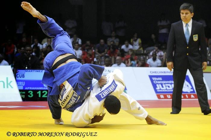 J. Martínez   (kimono blanco), de Cuba,  se enfrenta A. Aprahamian, de Uruguay, en los 81 kilogramos, del Grand Prix de Judo de La Habana, con sede en el Coliseo de la Ciudad Deportiva, el 7 de junio de 2014.