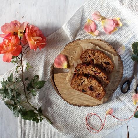 Korzenne ciasto z bakaliami i śliwkami