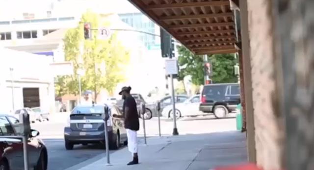 Un sans abri utilise sa monnaie pour payer le parking des automobilistes tête en l'air