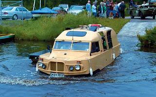 حافلة بحرية صممها البريطاني نيك توبينغ عام 1994 برمائى