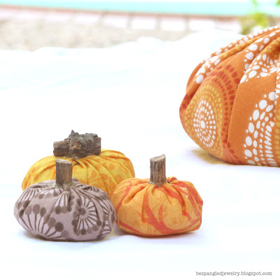 DIY spiced fabric pumpkin fall centerpiece tutorial - simple sewing project (scrapbuster!)