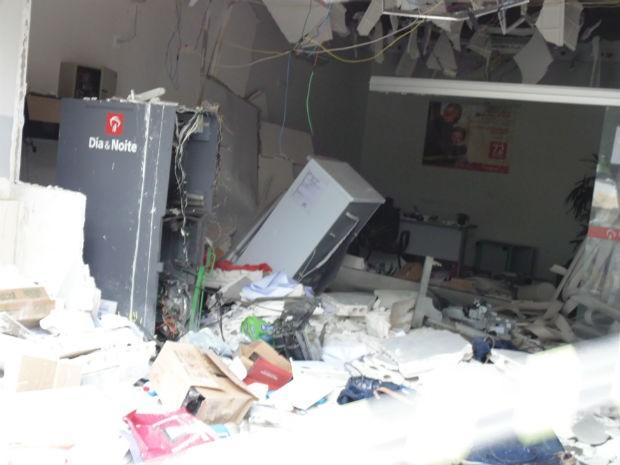 Agência do Bradesco ficou destruída  (Foto: Antônio Carlos/Site: Filadélfia em Notícias)