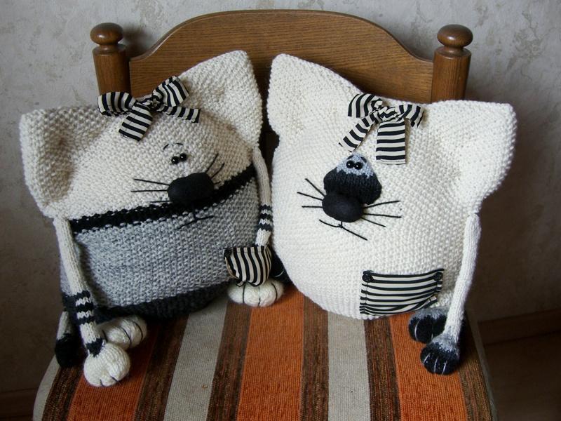 Вязаные подушки-коты