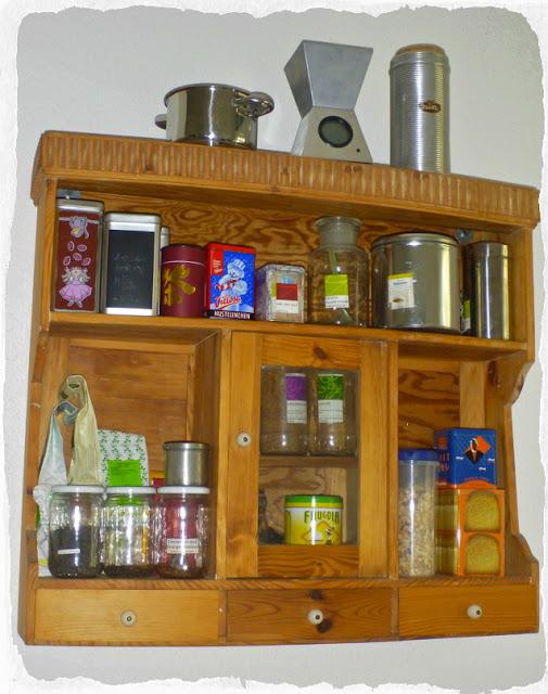 Das Teeregal der Autorin, ein Küchenschränkchen ..,