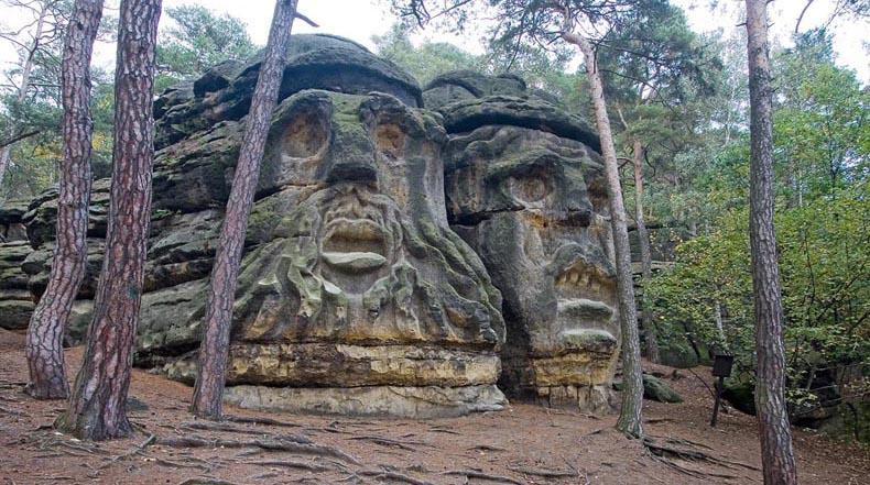 Las Cabezas del Diablo: Dos rostros monstruosos que se ciernen sobre una pueblo en la República Checa