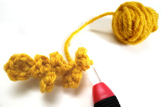 Crocheting a chain of coins #FreePattern #Crochet