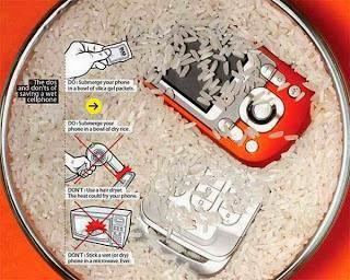 طريقة لإعادة الهاتف المحمول للعمل بعد سقوطه في الماء !!!