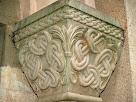 Detall del capitell dret amb decoració geomètrica
