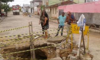 Chuva abre cratera no Centro de Cuité; secretaria de infraestrutura diz que solução precisa ser imediata