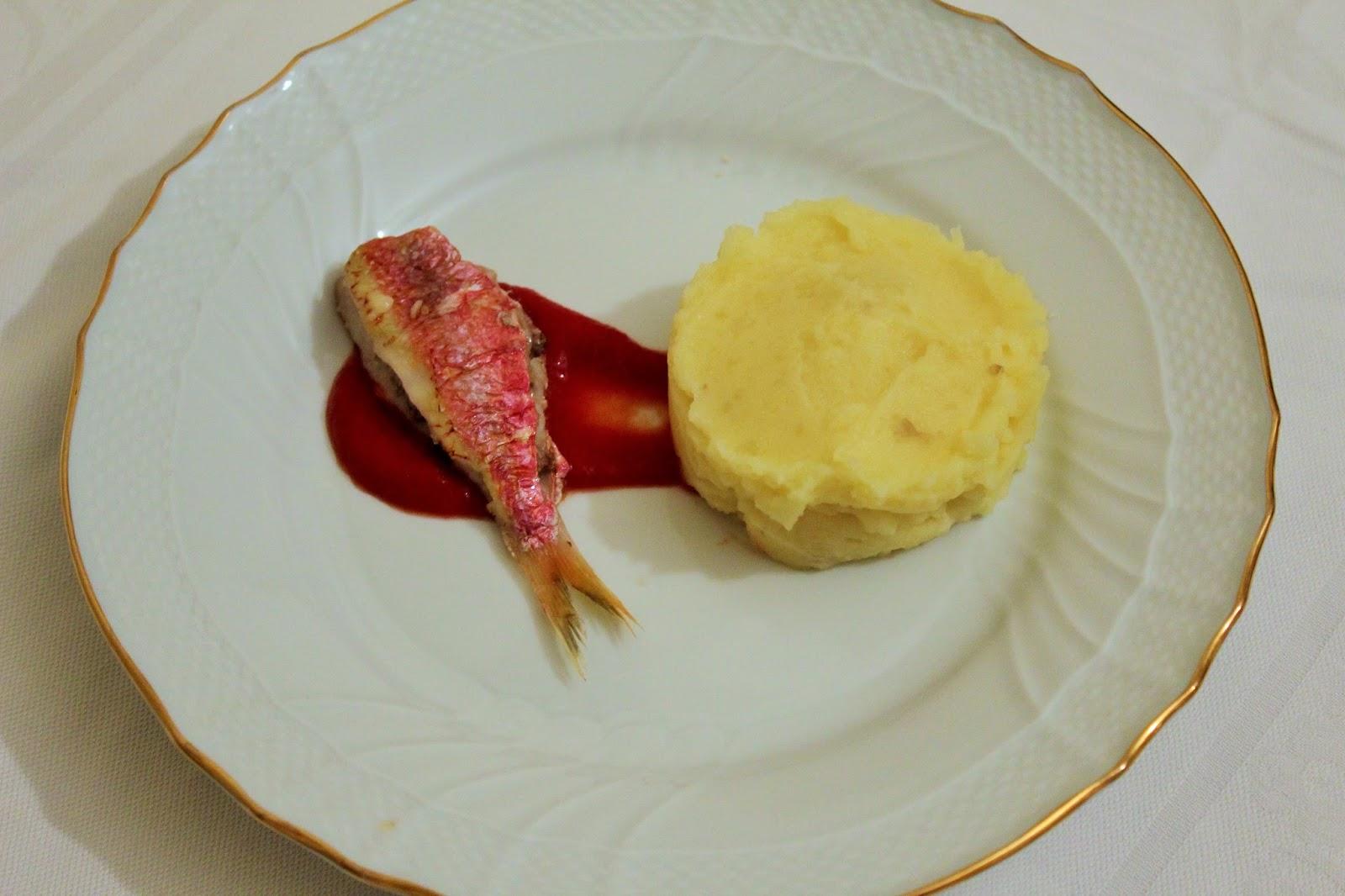 triglia farcita alla mediterranea con purè all'aglio dolce e salsa di pomodoro.