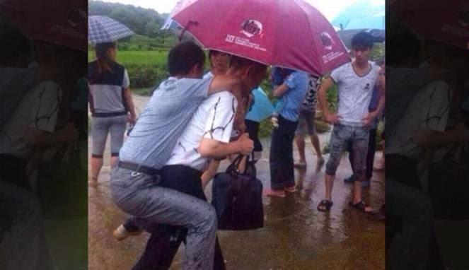 Seorang pejabat dipecat gara-gara minta digendong saat banjir