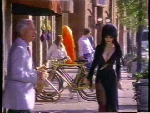 la gente del pueblo no acepta a Elvira por su peculiar forma de ser y de vestir