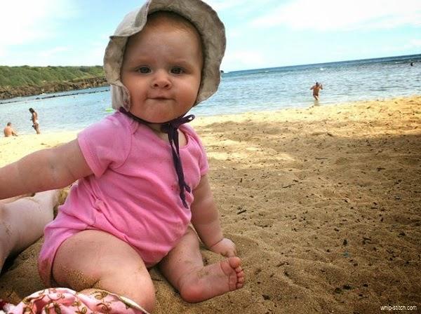 Photo bébé drôle dans la plage