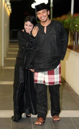 Keluarga Ella dan Azhar Pasangan Suami Isteri Bahagia
