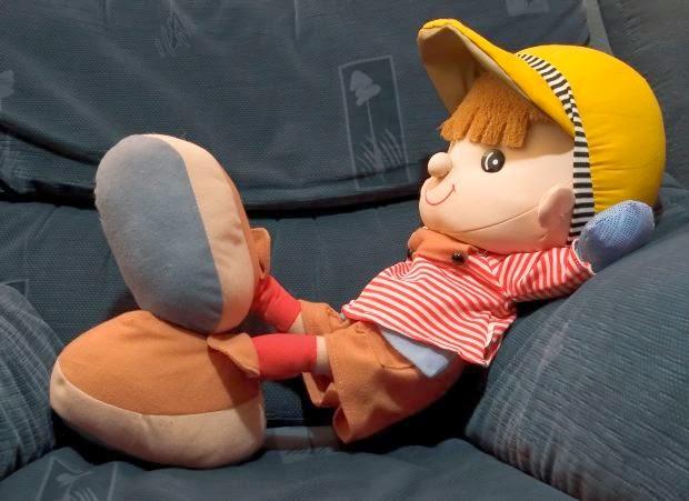 foto muñeco reposando en sofá