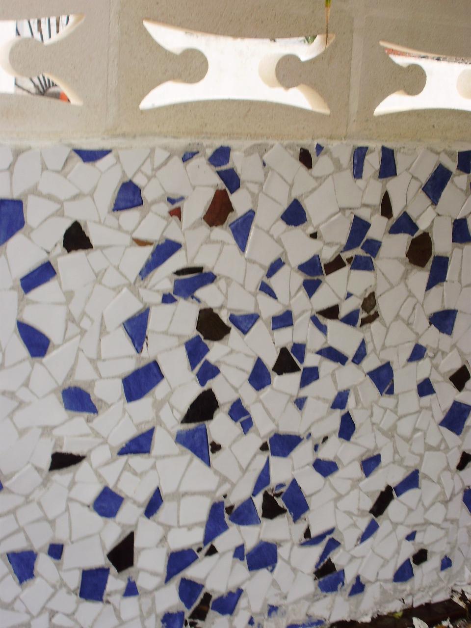 Mosaico En Una Pared Del Jard N C Mo Hacerlo Recicoraci N ~ Mosaicos De Azulejos En Paredes