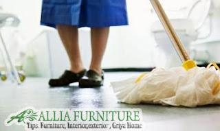 Membersihkan lantai rumah usai liburan