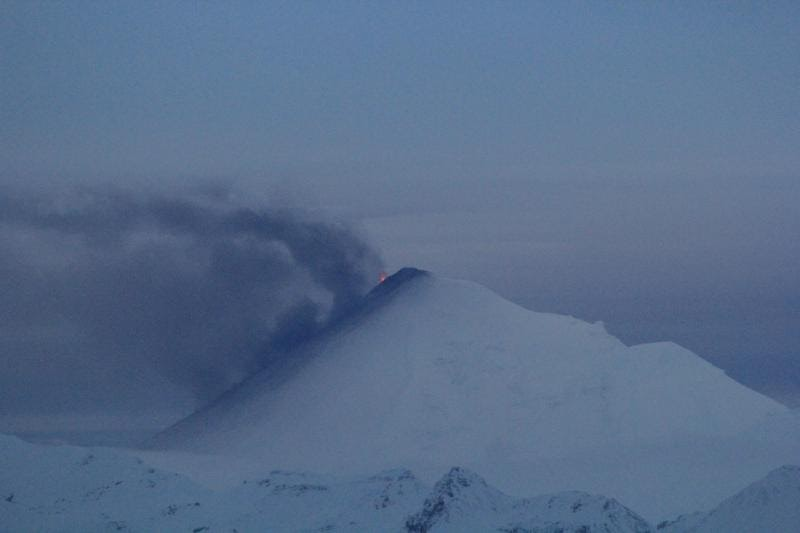 ALASKA: VOLCAN PAVLOf EXPULSA CENIZA A CASI MAS DE 9 MIL METROS DE ALTURA, 15 DE NOVIEMBRE 2014
